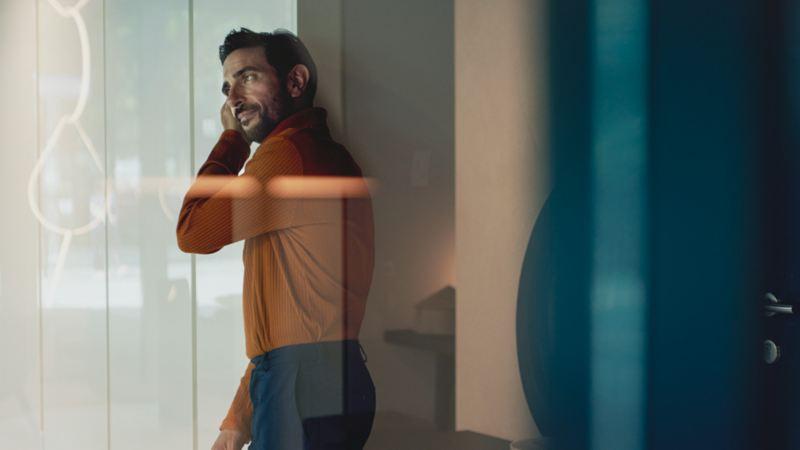 biladministrasjon Fleetweb flåtekunde vw Volkswagen varebil mann snakker i mobil kontor
