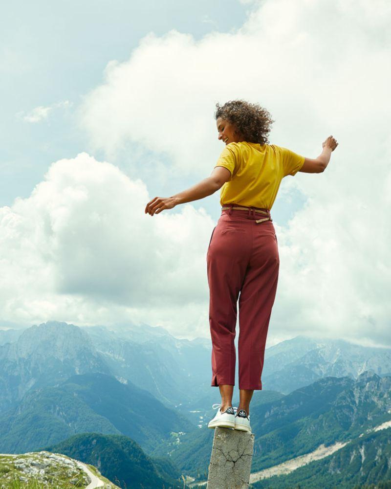 femme en voyage à la montagne