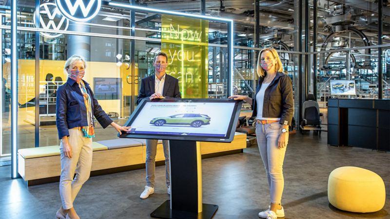 Tre collaboratori Volkswagen nella Gläserne Manufaktur di Dresda.