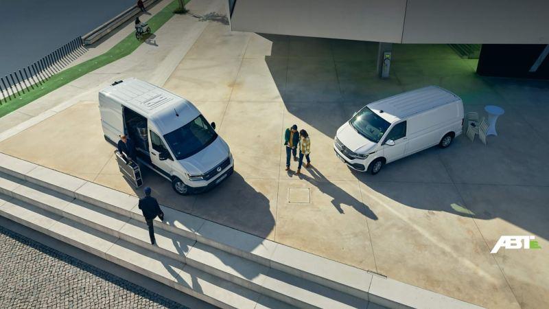 VW e-Crafter und ABT e-Transporter 6.1 von schräg oben.