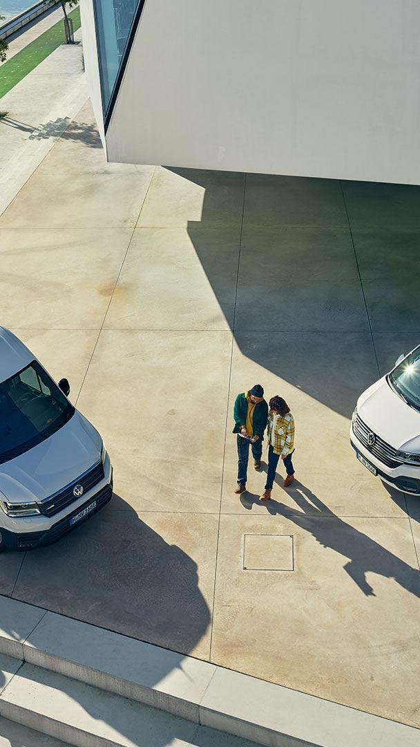 e-Crafter blanc et Transporter ABT parking électromobilité volkswagen véhicules utilitaires