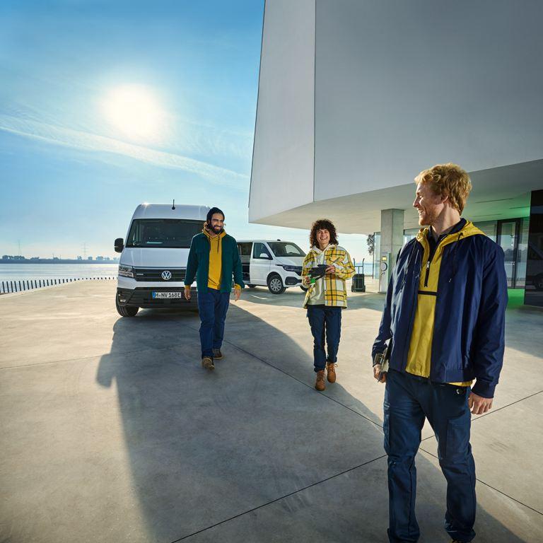 vw Volkswagen kundeservice kontakt oss viktig kundeinformasjon e-Crafter el varebil Transporter kollegaer venner sjåfør sol blå himmel varebiler