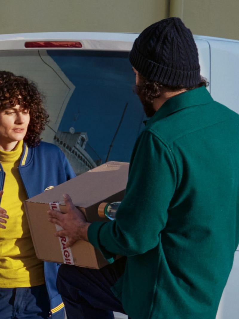 Deux personnes déchargent l'ABT e-Transporter 6.1.