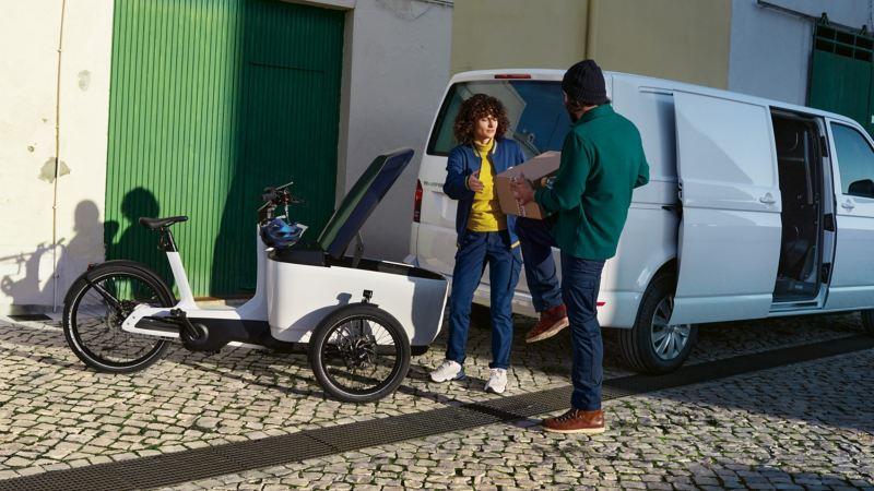 Le Cargo e-Bike de Volkswagen utilitaires dans la rue aprÈs livraison colis