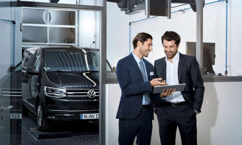 commercial de l'équipe volkswagen service répond aux demande d'un client satisfait