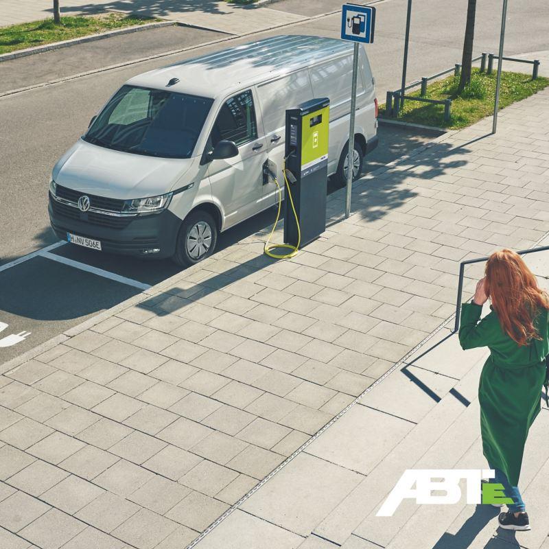 Un VW ABT e-Transporter en cours de chargement sur une borne de recharge.