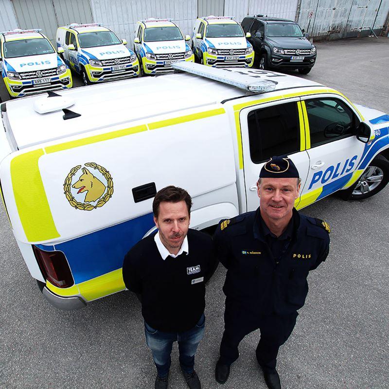 Fredrik Enkvist och Anders Månsson vid de första 7 leverade specialbyggda Amarok V6 till polisen