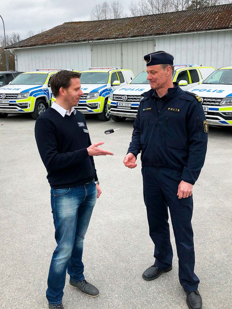 VOLKSWAGEN GROUP SVERIGES Fredrik Enkvist lämnar symboliskt över de sju första polisbilarna till Polismyndigheten, genom Anders Månsson.
