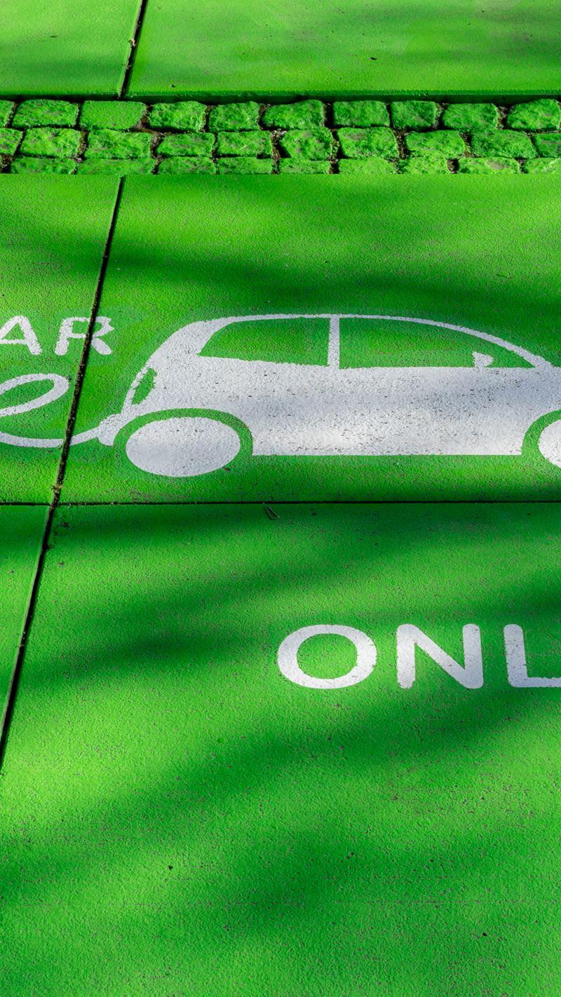 Für Elektroauto reservierte, grün angestrichene Parkfläche