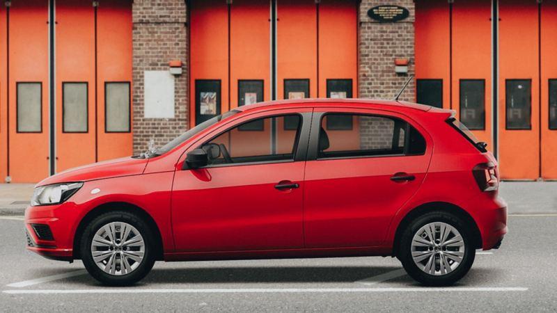 Auto compacto Gol 2020 de Volkswagen ideal para aprender a manejar en tono rojo tornado