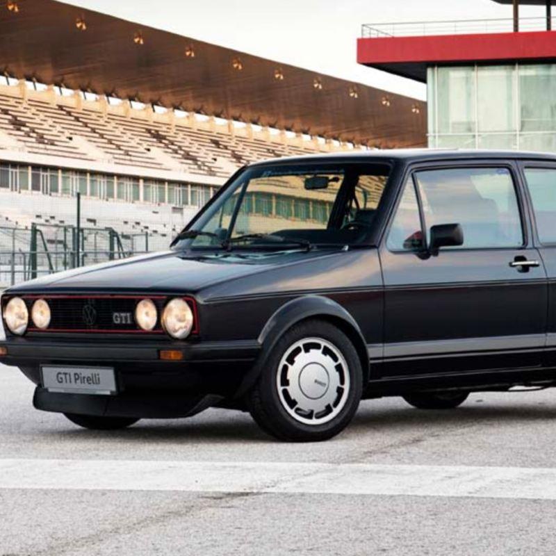 Golf I GTI Pirelli de Volkswagen, auto clásico en color negro