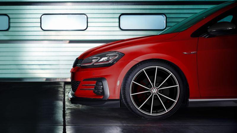 Volkswagen Golf GTI oettinger - Equipado con spoiler delantero con splitter, estribos laterales y spoiler trasero.