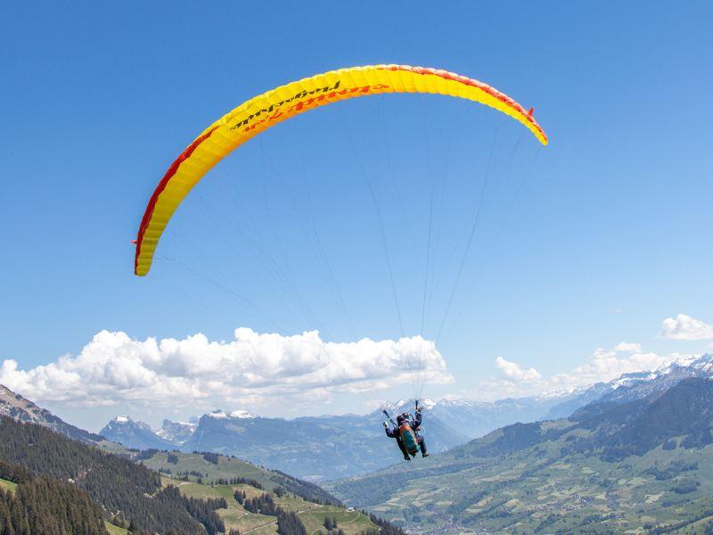 Parapente volant vers la vallée.
