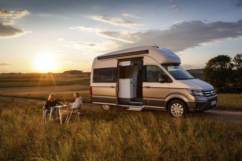 Volkswagen Grand California przy zachodzie słońca
