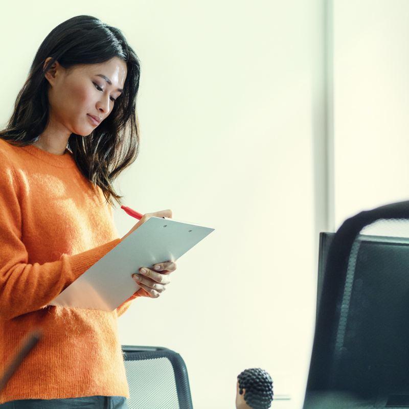 Une femme regardant du papier