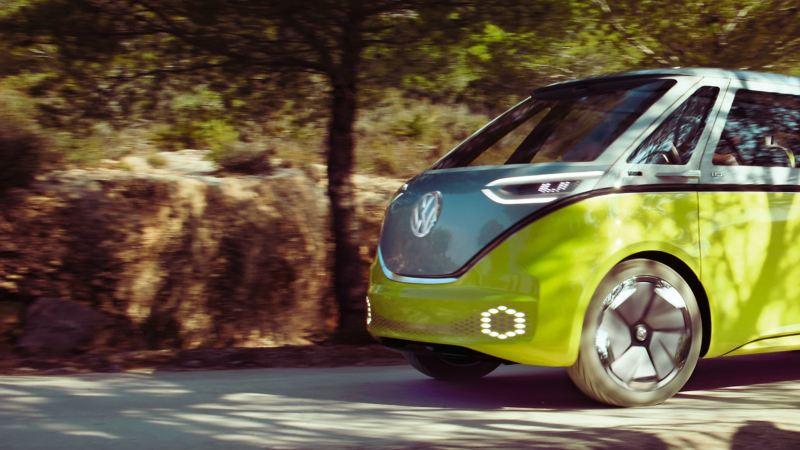 Der Volkswagen ID. Buzz im Anschnitt fährt.