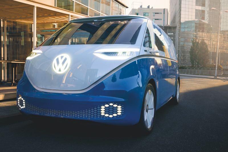 Le Volkswagen ID. Buzz Cargo en train de rouler, vue avant.