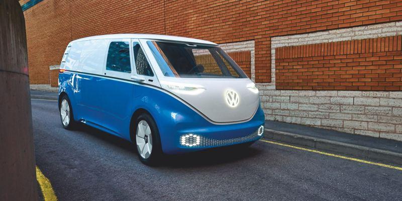 Le Volkswagen ID. Buzz Cargo devant un mur de briques rouges.