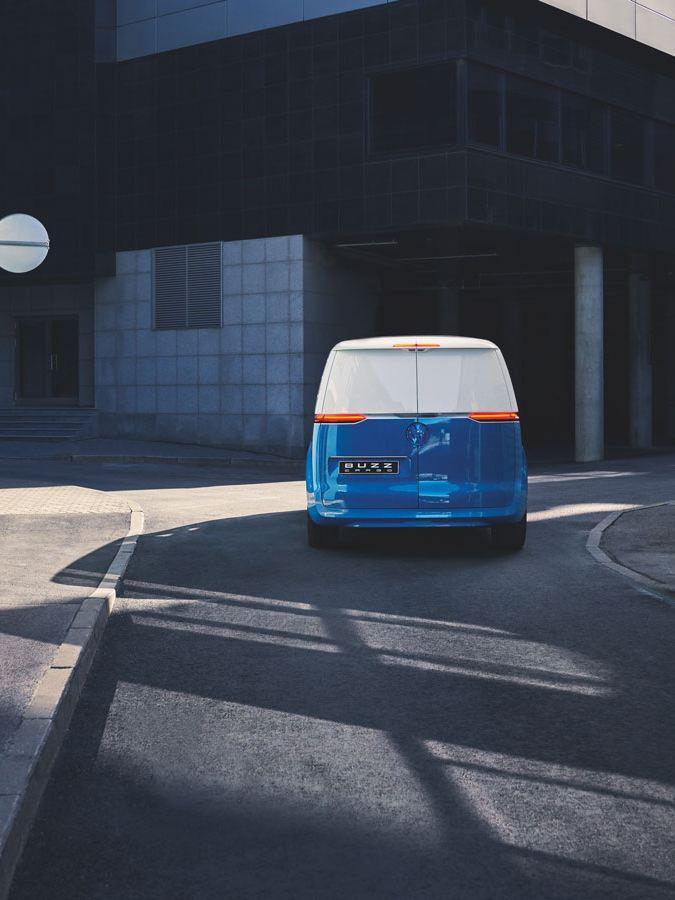 Bildet viser en blå og hvit Volkswagen ID. BUZZ Cargo elvarebil