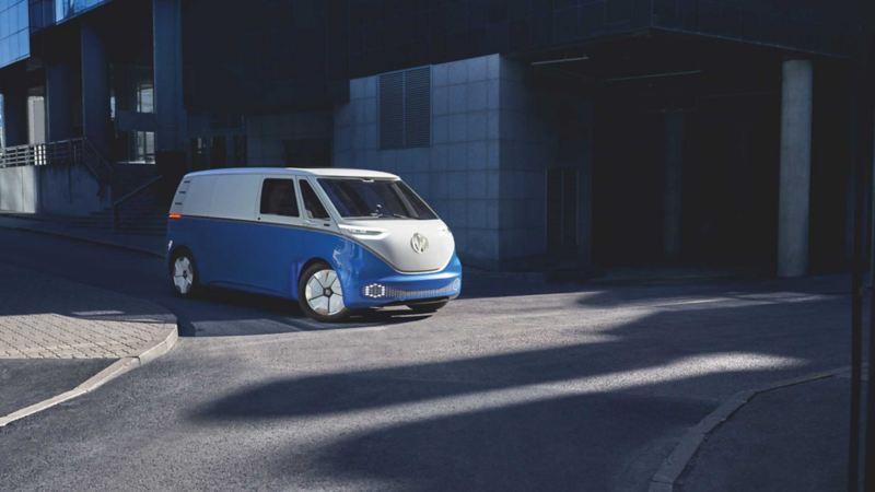 Bildet viser en hvit og blå Volkswagen ID. BUZZ Cargo elvarebil som kjører i bysentrum