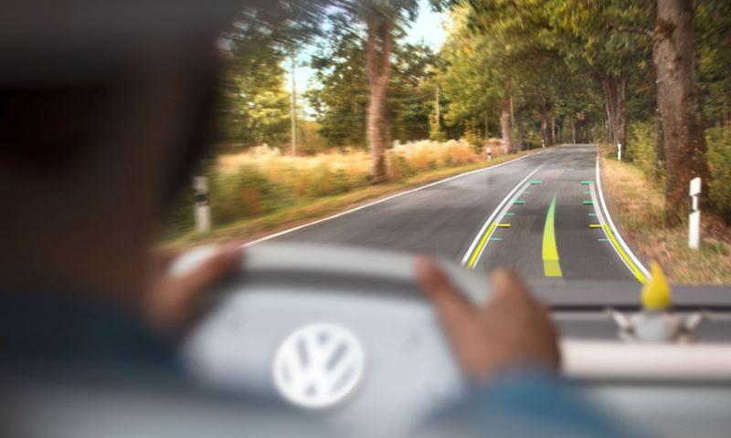 Het AR head-updisplay in de ID. Buzz navigeert zonder dat de bestuurder zijn ogen van de weg hoeft te halen.