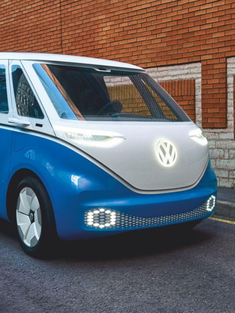 La Volkswagen ID. Buzz Cargo devant un mur de briques rouges.