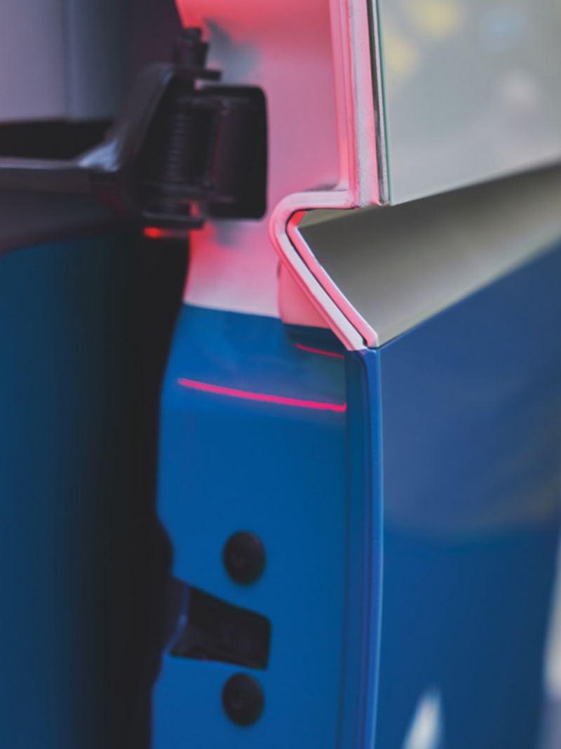 Gros plan d'une porte latérale de la Volkswagen ID. Buzz Cargo.