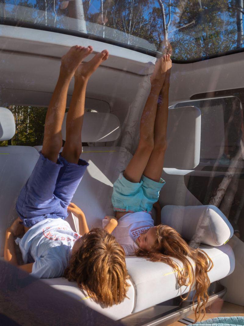 Het interieur van de ID. Buzz met de ruime achterbank en het panoramadak biedt kinderen een zee van plaats.