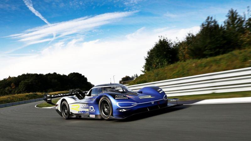 ID.R, el auto de carreras eléctrico de Volkswagen corriendo sobre pista