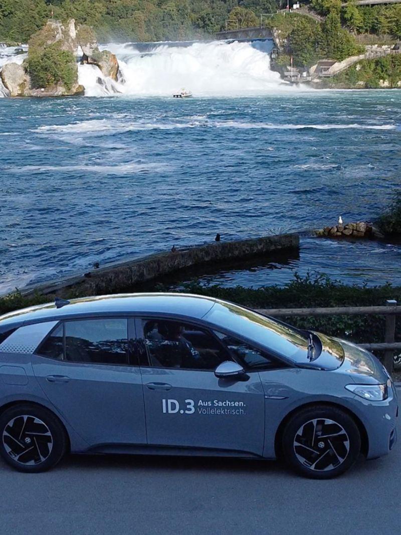 ID.3 ist parkiert beim Rheinfall