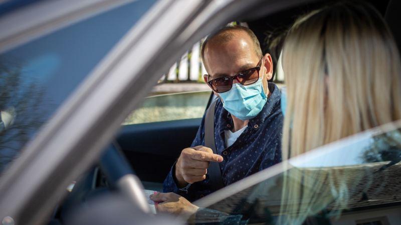 Un instructeur de conduite parle à l'apprenti conducteur