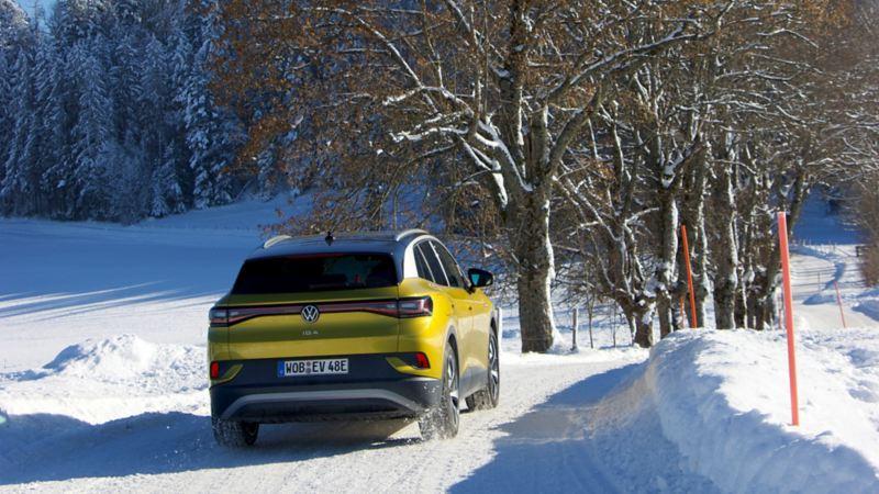 Der ID.4 fährt über eine verschneite Strasse