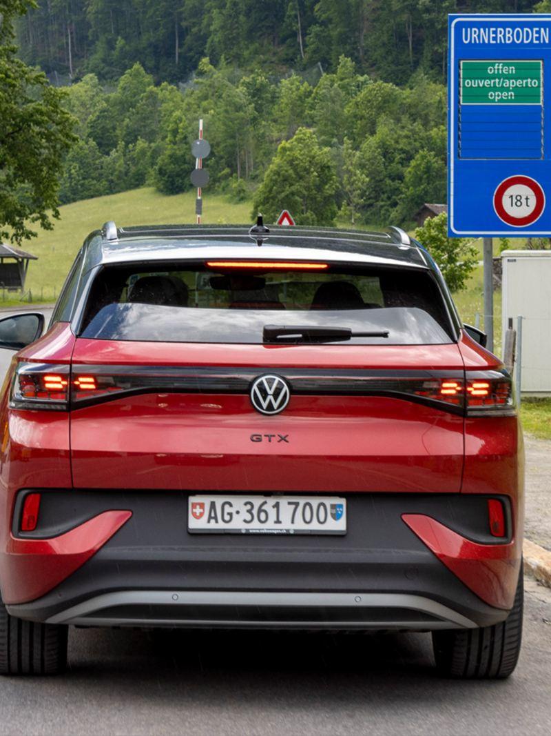 ID.4 GTX de l'arrière roule sur la route