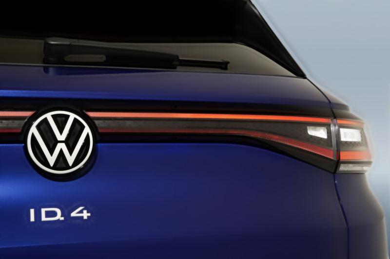Nuevo logo Volkswagen en cajuela de camioneta ID4 azul