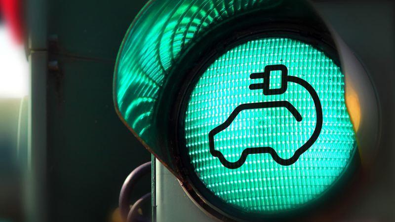 Zielone światło z ikoną samochodu elektrycznego