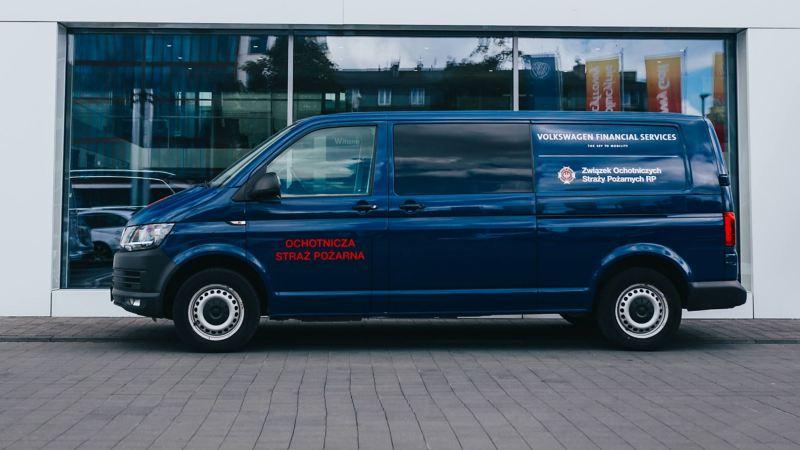 Volkswagen Transporter T6 dla OSP przed budynkiem