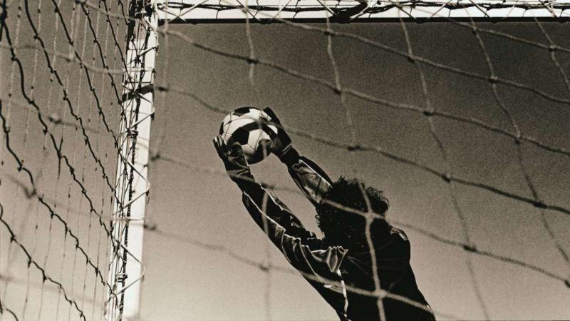 Ein Torwart hält einen Ball