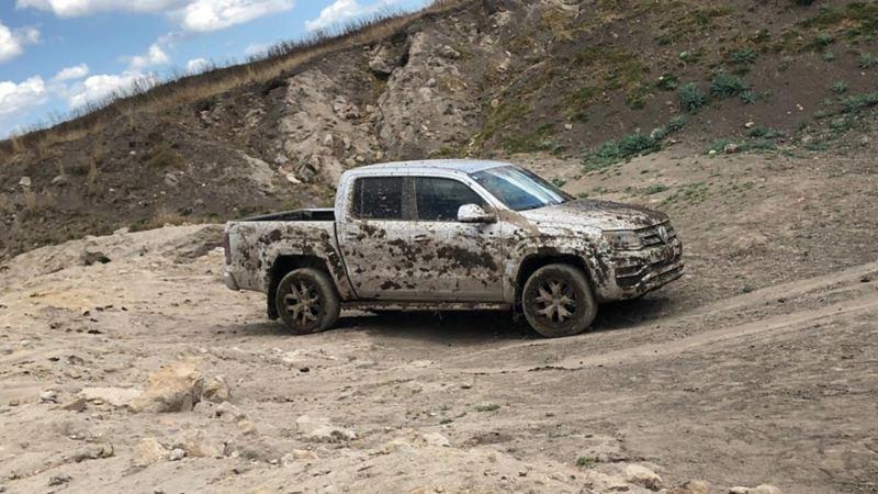 Camioneta pick up de Volkswagen, participando en Cumbre Itza entre otros vehículos comerciales VW