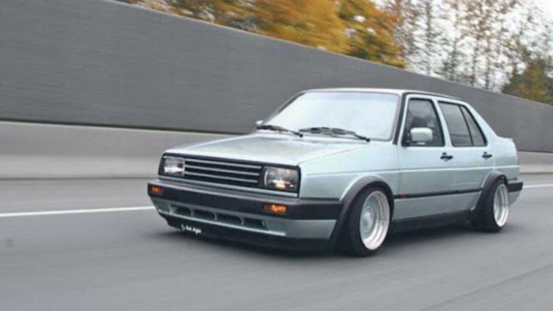 Jetta modelo 1985, el auto clásico de Volkswagen sobre carretera en color plateado