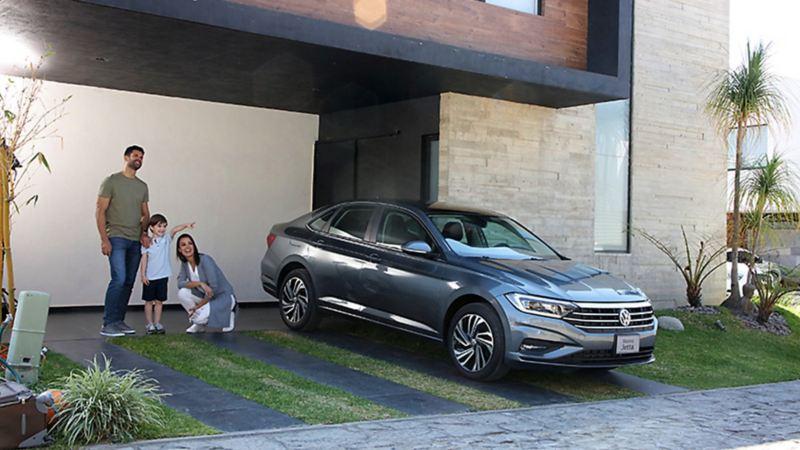 Jetta 2020, el auto familiar de Volkswagen estacionado cerca de padres e hijo
