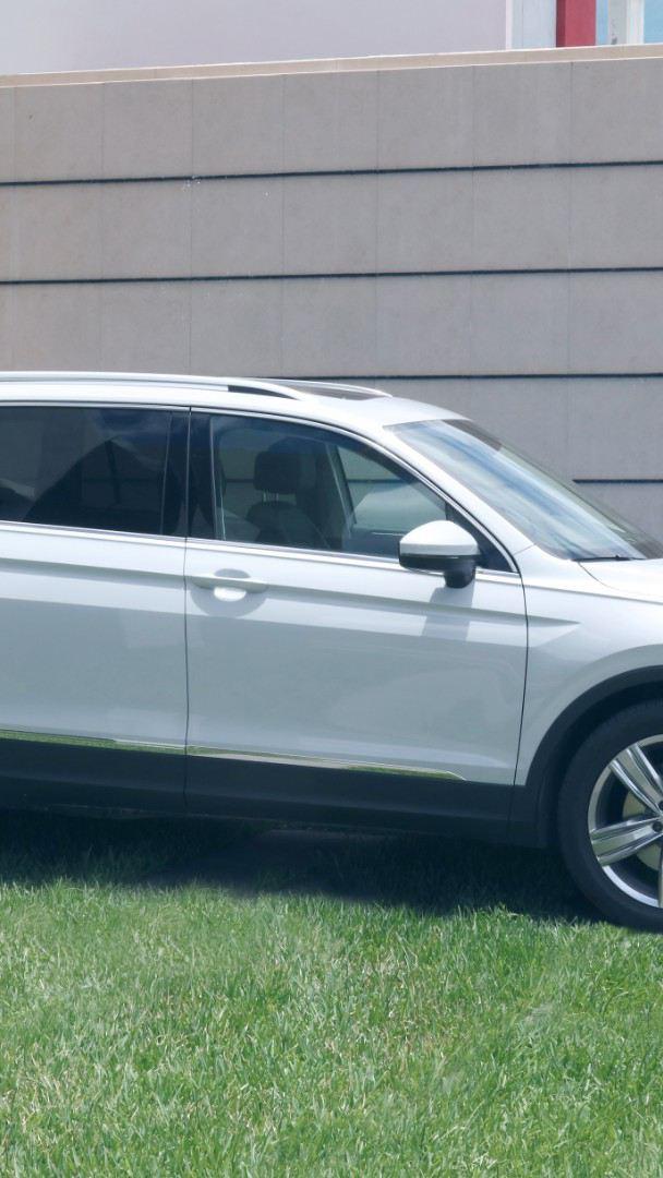 Tiguan 2020, la camioneta segura de Volkswagen estacionada sobre pasto