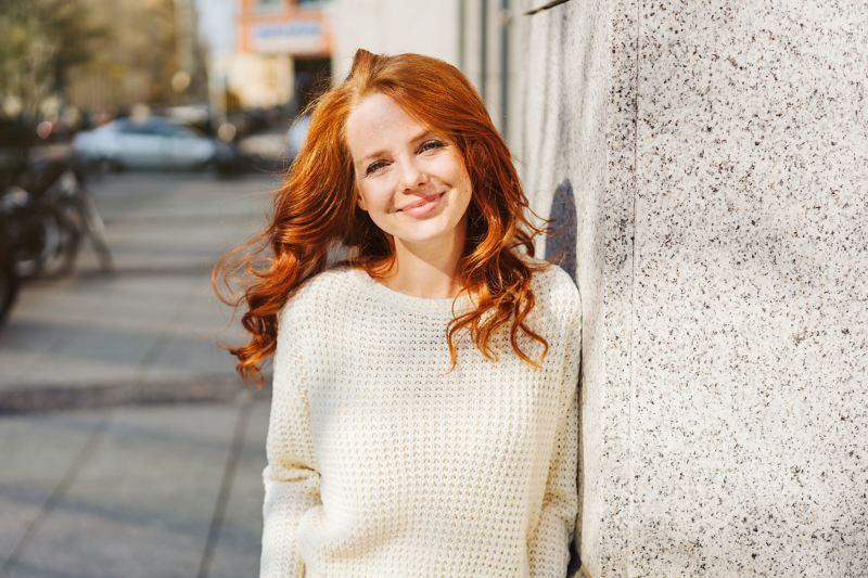 Junge Frau lächelt übers ganze Gesicht