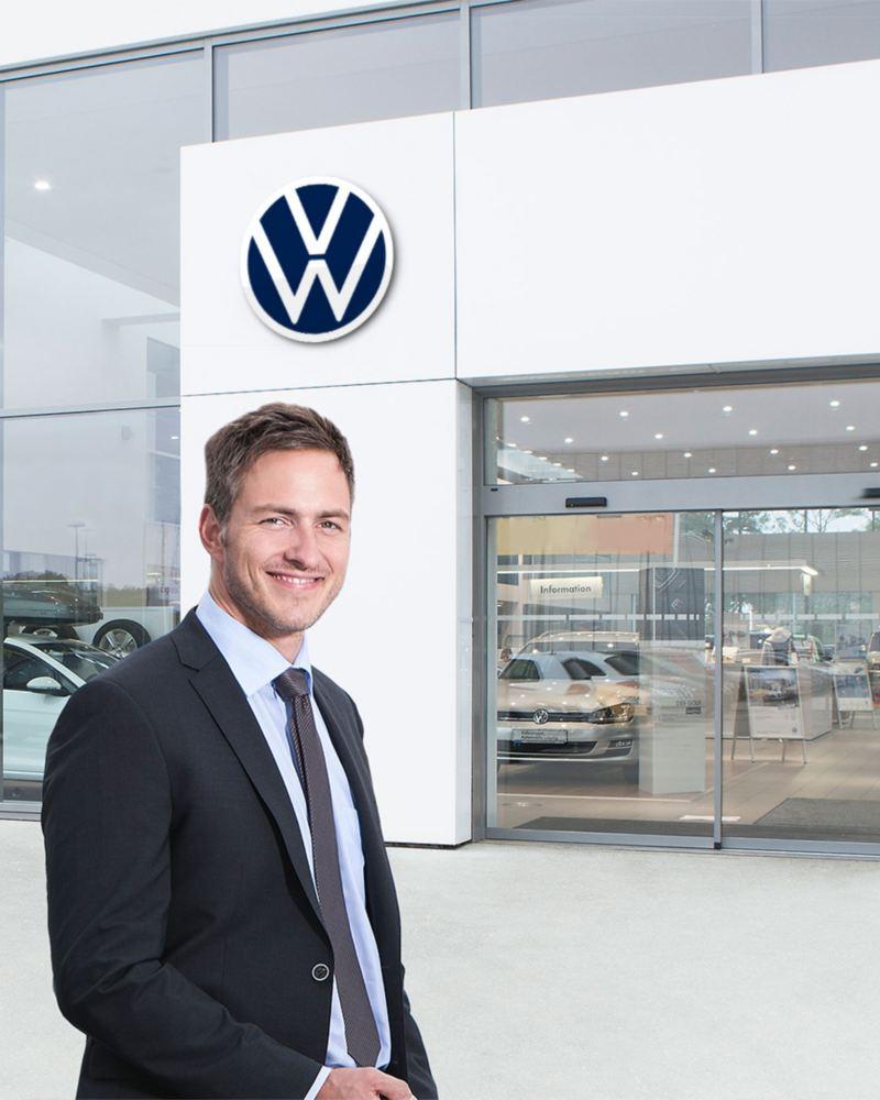Eine Frau und ein Mann vor einem Volkswagen Autohaus