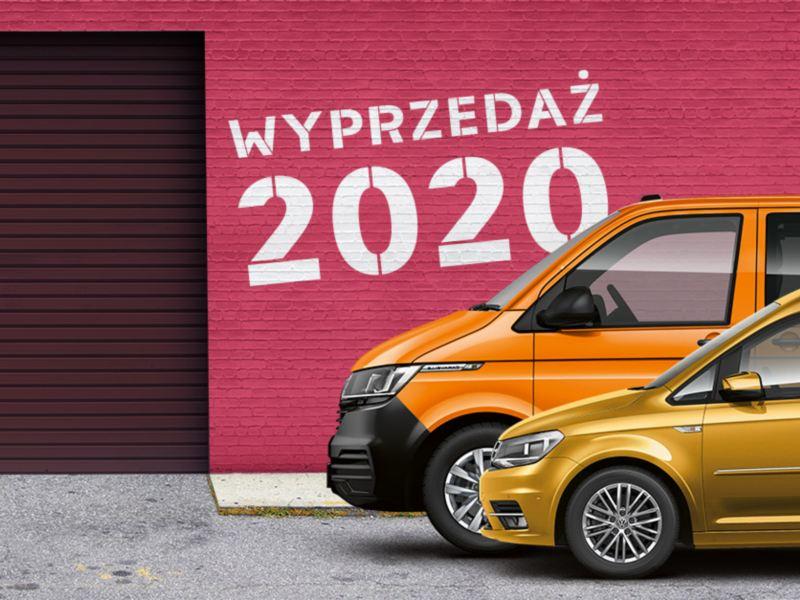 Samochody dostawcze Volkswagen na tle ceglanej ściany z napisem wyprzedaż