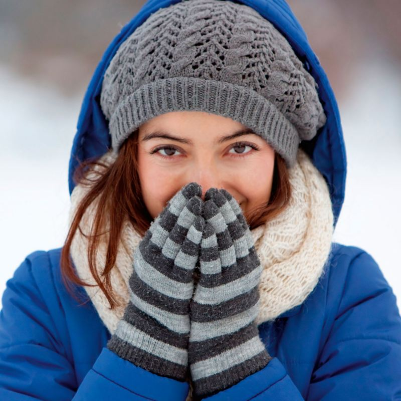 Vinterklädd kvinna i blå jacka