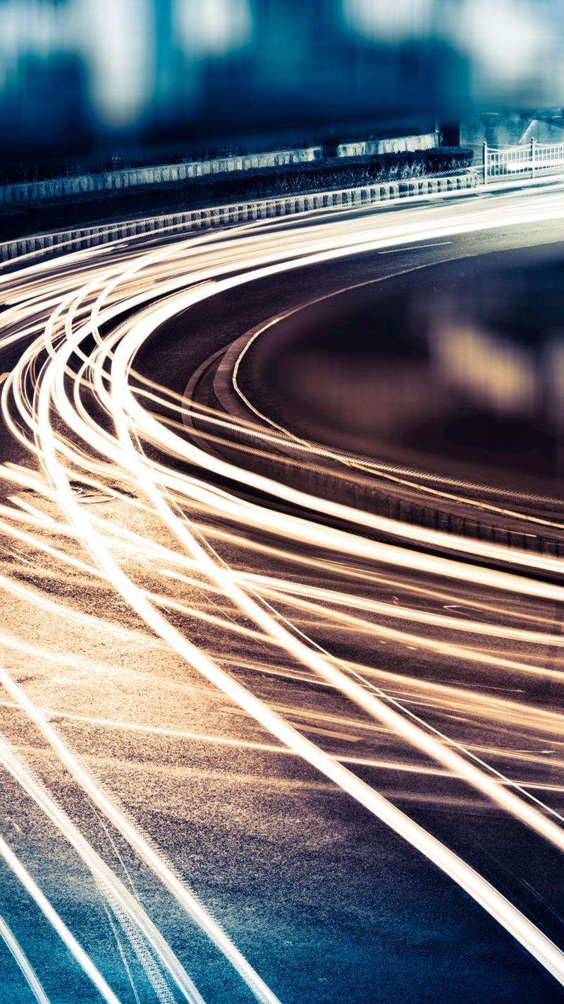 Lichtspuren von Fahrzeugen in der Dämmerung