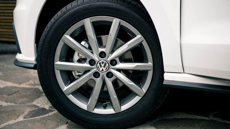 Llanta con rines de aluminio presentes en automóvil sedán de Volkswagen