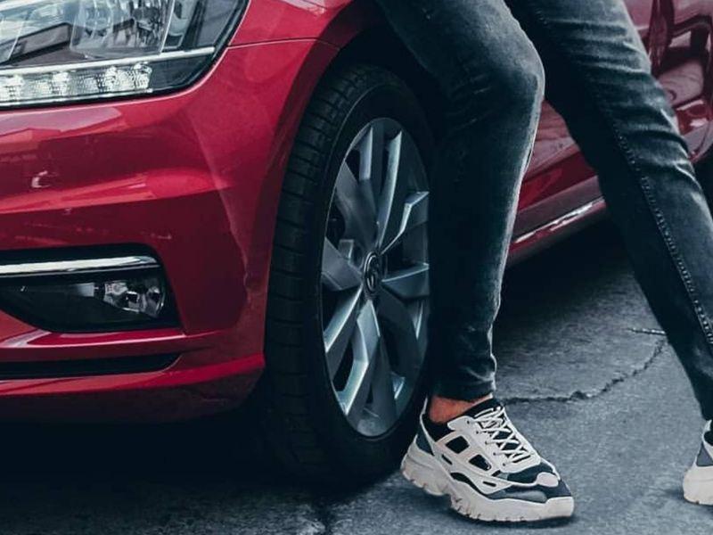 Carro deportivo color rojo con las llantas más resistentes de Volkswagen