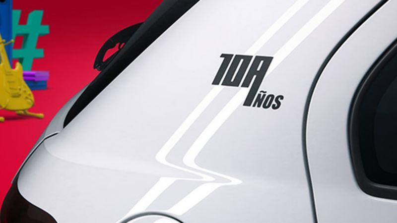 Parte trasera de Gol, color blanco con estampa del décimo aniversario del auto compacto