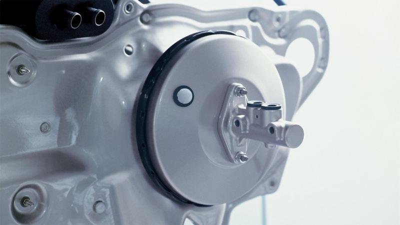 Zdjęcie hamulców Volkswagena z fokusem na wzmacniacz siły hamowania